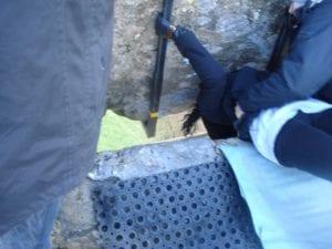 Turista beijando a Blarney Stone em Cork, Irlanda