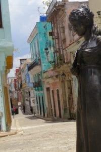 Estátua e rua no Centro Historico de Havana, Cuba