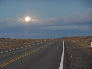 Lua cheia nascendo na rodovia que liga Patagônia Chilena e Argentina