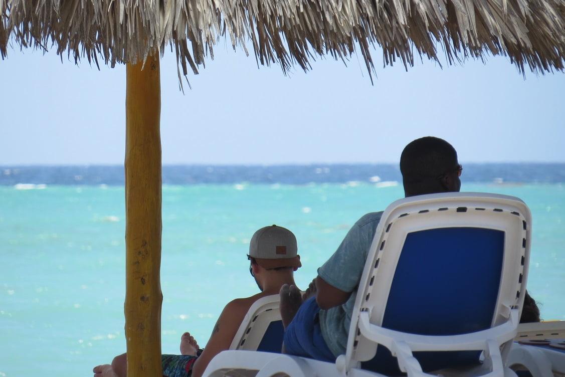 Turistas relaxando nas praias do Resort em Cayo Coco, Cuba