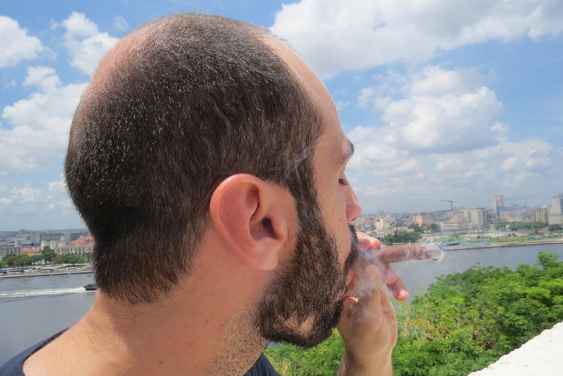 Fumando um original charuto Cubano com vista de Havana