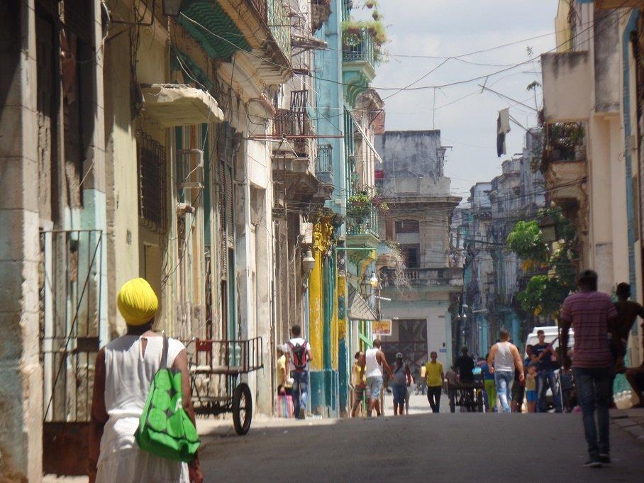 Pessoas caminhando no centro histórico de Havana, Cuba