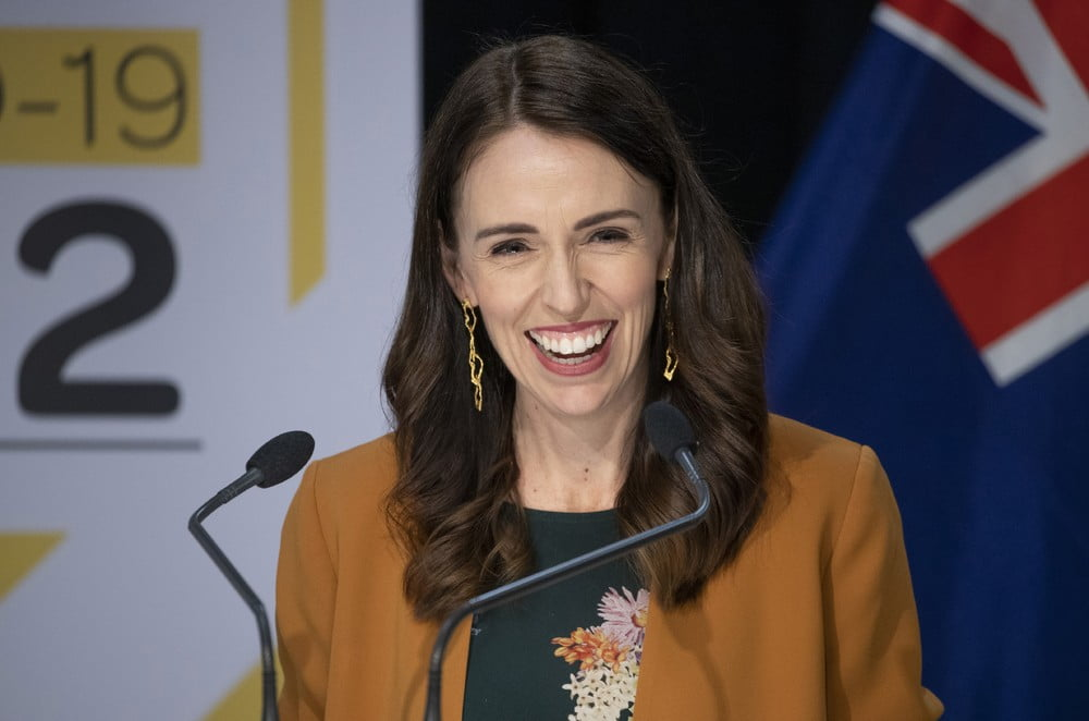 Primeira-ministra Jacinda Ardern sorri durante coletiva de imprensa nesta segunda-feira (8) — Foto Mark MitchellNew Zealand Herald via AP - Fonte G1