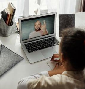 Intercâmbio Virtual - Aulas a distância no exterior - Foto August de Richelieu no Pexels